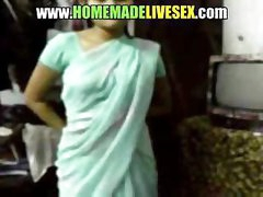 Amateur Indian girl in her saree strips down to get drilled