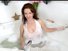 Anilos Megan finger copulates her cougar cookie in the bathtub