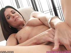 brunette mommy gives head